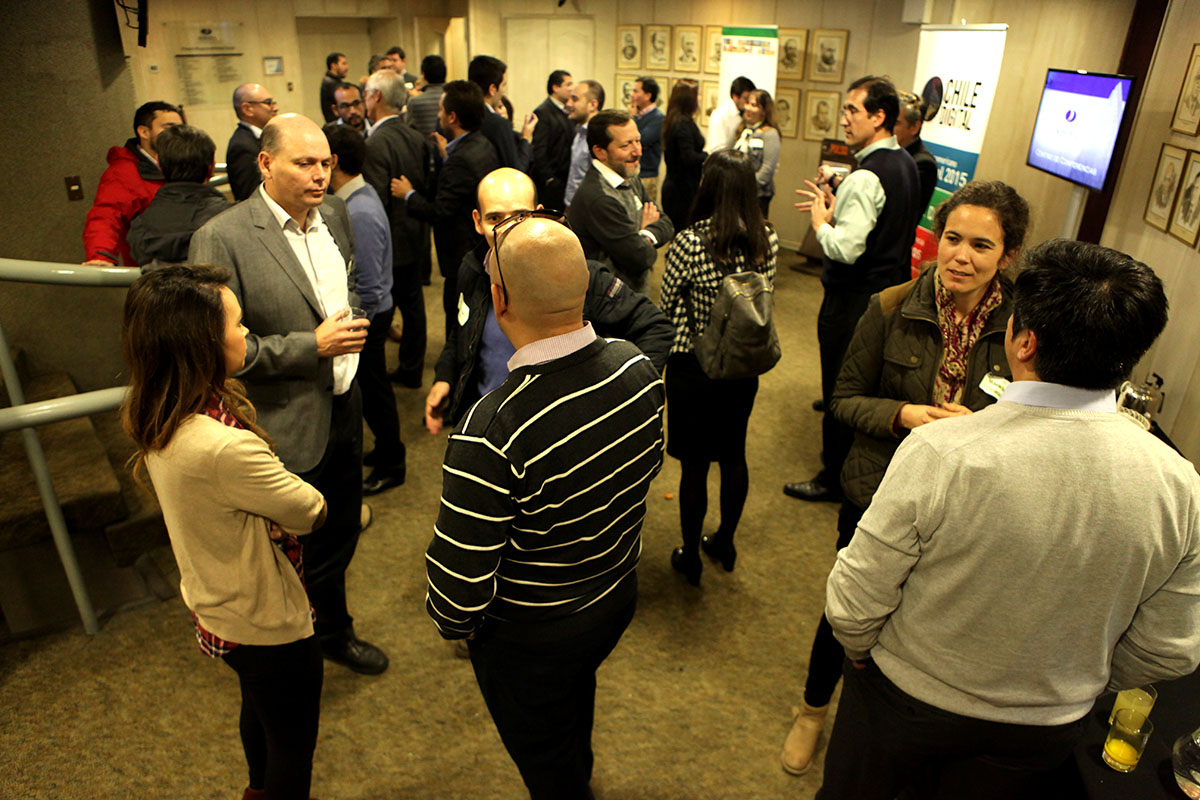 Foto 2: Networking durante el Coffee break entre los socios del Club Chile Digital