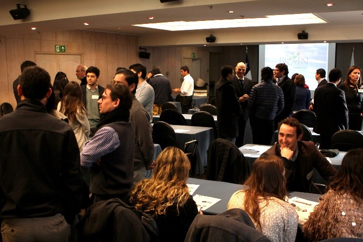 Foto 2. Actividad de Networking entre los socios del Club previo al Coffee Break.
